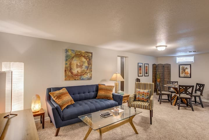 2BR✶Wine Cellar & Mid-Mod Kiva✶Olympic Center