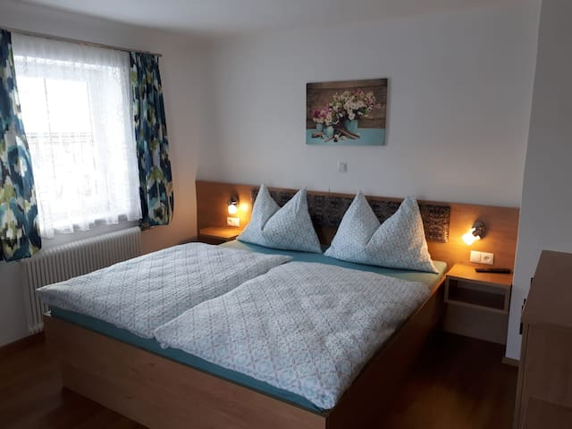 Zimmer 1 mit einem großen Ehebett