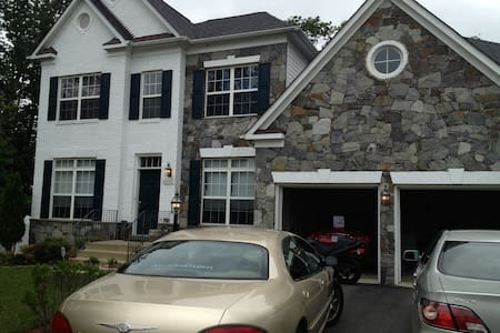 Private bedroom near Quantico and Potomac Mills. - Dumfries - Hus