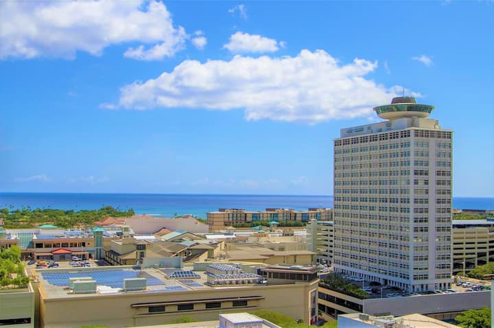 Ocean View one block Ala Moana center/Free WiFi