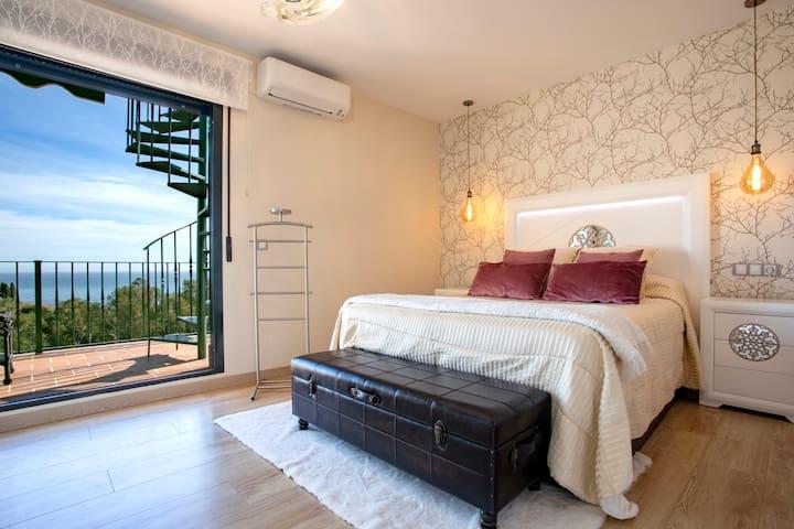 Habitacion principal con baño en suite, terraza con vistas al mar.
