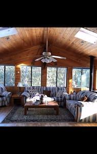 Cozy Cabin in Heart of The Poconos! - Long Pond - Dům