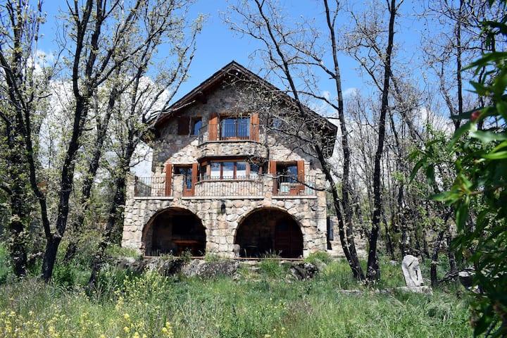 Romantisches rustikales Haus in den Bergen Madrids