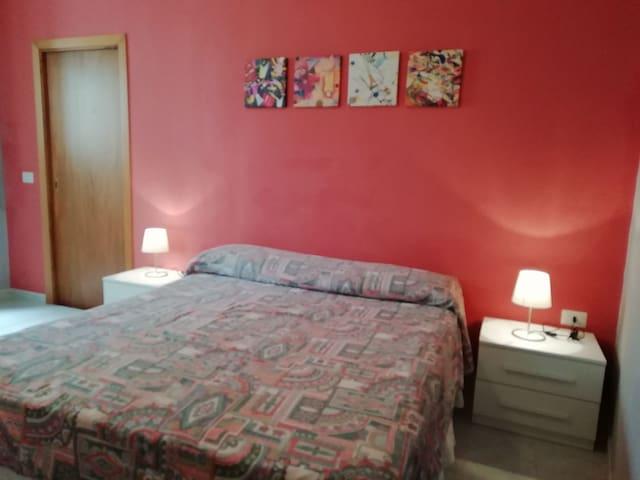 Seconda camera matrimoniale.. Camera con bagno privato. Tutto nuovo e confortevole..