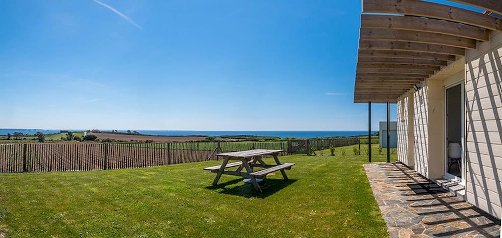 la maison des gardiens de l'océan, pleine vue mer, à proximité des plages, se situe en Bretagne (France, Bretagne, Finistlère). Plus précisément dans la commune de Plougonvelin (à 20 km de Brest).  Notre capacité d'accueil est de 6 personnes maximum.