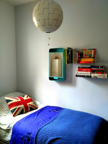 Sunny, cosy room in peaceful zone 15 mins from Sol