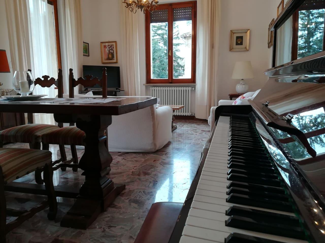 Soggiorno, sala da pranzo, pianoforte, tv