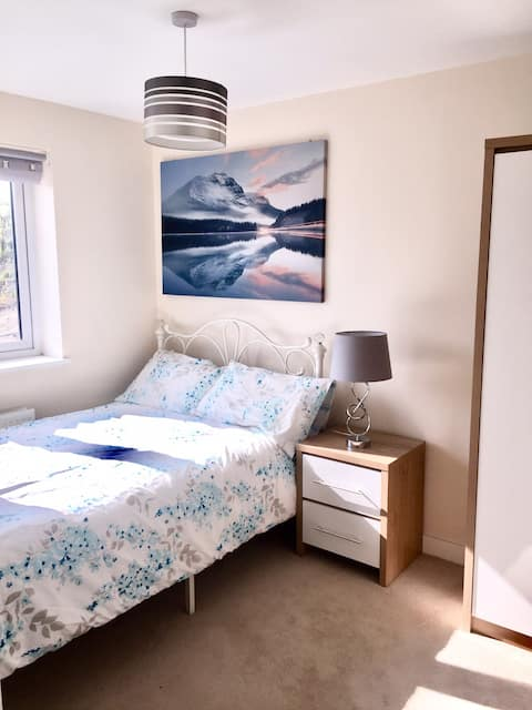 Bright Double bedroom. 10mins to Newcastle centre.