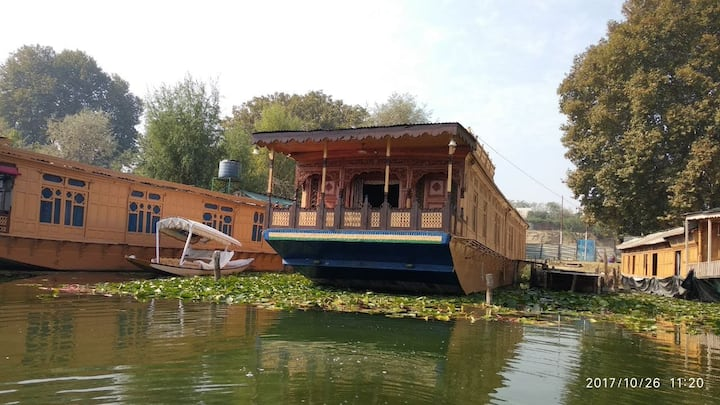 Houseboat Mughal Suit Resort