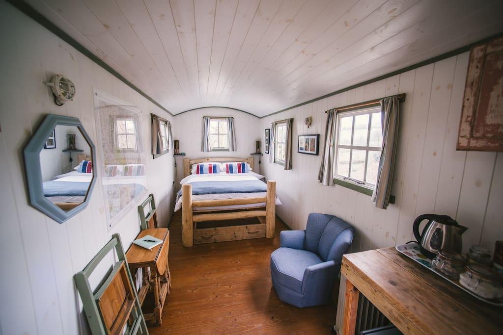 Charming Shepherd's Hut with tea & coffee and even a fridge.