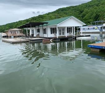 Spacious Floating House on Norris Lake