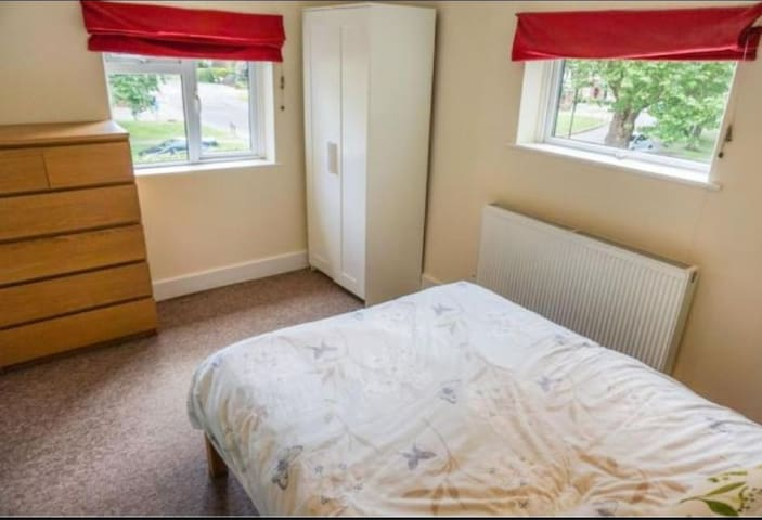 Lovely double room, very close to Goodwood