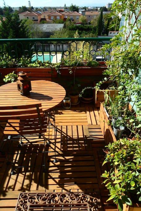 Terrasse pour des petits déjeuners et BBQ au soleil