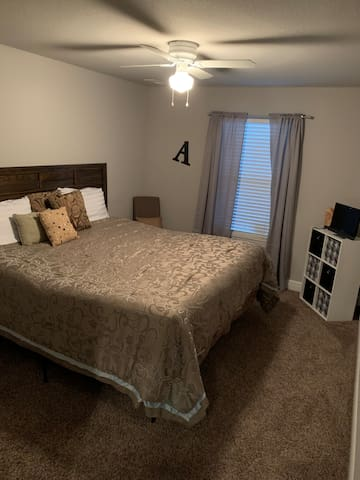 #1 Private King Size Room w/TV & Walk-In Closet