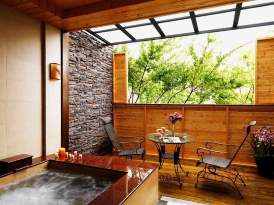 每間房間均有良好的通風採光 13-15坪左右大空間設計,非傳統擁擠設計,地板均採用木質地板,用心打造舒適獨立半露天觀景按摩湯屋