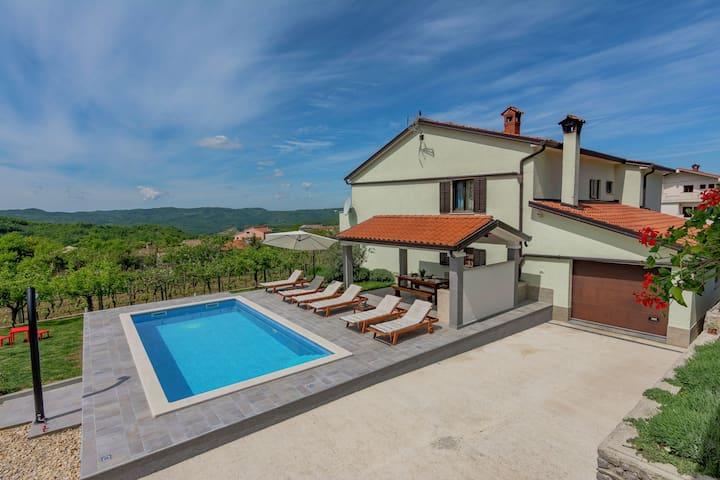Komfortable Wohnung in der Land-Seite mit Pool und Garten, Klimaanlage, Parkplatz