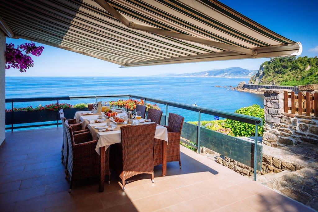 Terraza junto a salon y cocina. Increibles vistas, San Sebastian al fondo...