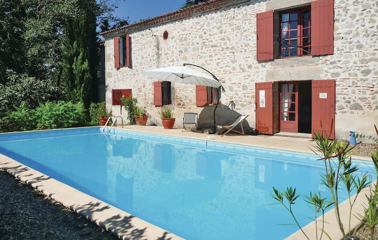 Holiday cottage with 4 bedrooms on 250 m² in Tonneins