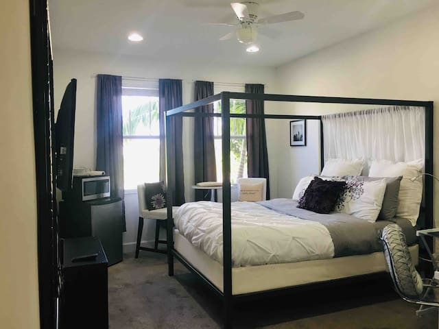 Elegant Master-suite/Private Bath/Free Parking!
