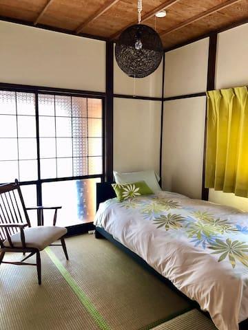 1階の和室ゲストルーム2(シングルベッド)。