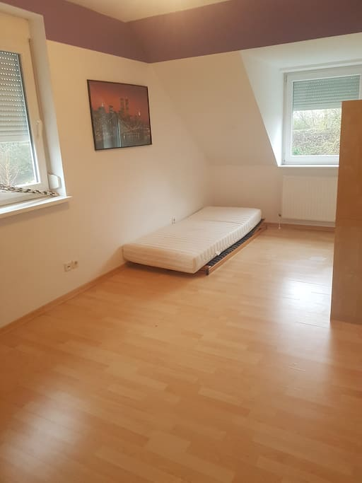 Zimmer mit 2 Fenstern