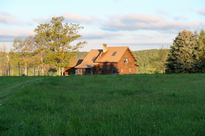 Lovely dog-friendly home on 100 acres w/ free WiFi/ cable/ stocked pond/ rowboat