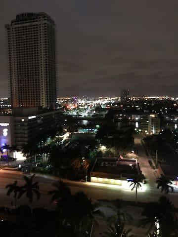 Hermosa vista nocturna iluminada al agua !