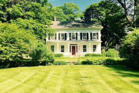 Large Historic Estate on Valley Pond in Sherman CT - Huis