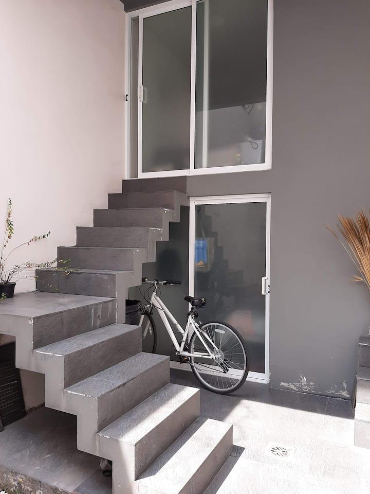 Habitación   pequeña, acogedora con baño propio