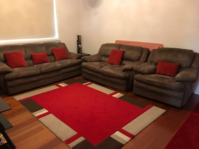 Cozy friendly 4bedroom  home . - Oran Park - Dům