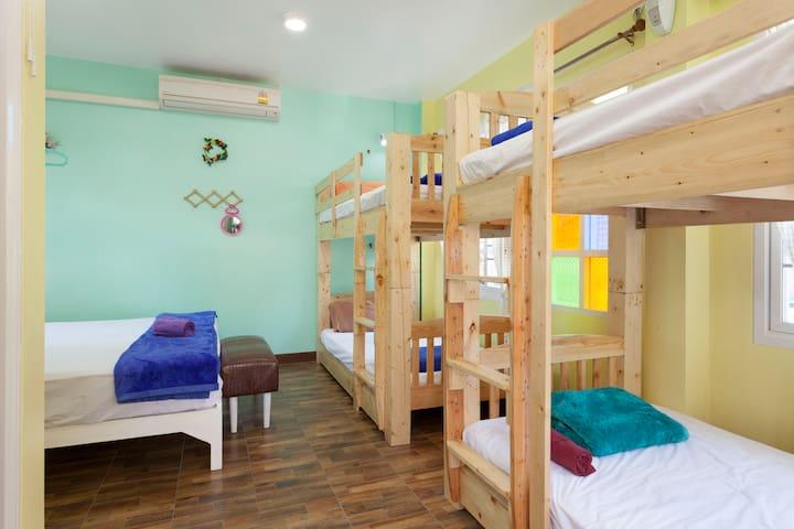 Entire 2nd floor of HomeStay,Ac+hot Bath,Free pick - Chiang Mai - Casa