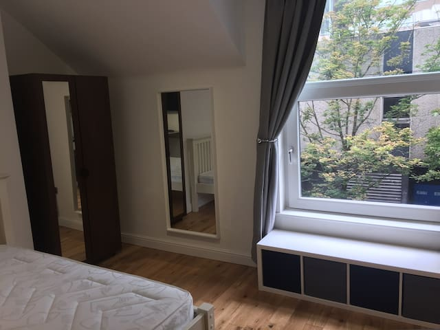 2nd Floor Spacious Studio Opposite Victoria Centre