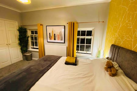 Cosy King Bed in 3 storey Cheshire town house