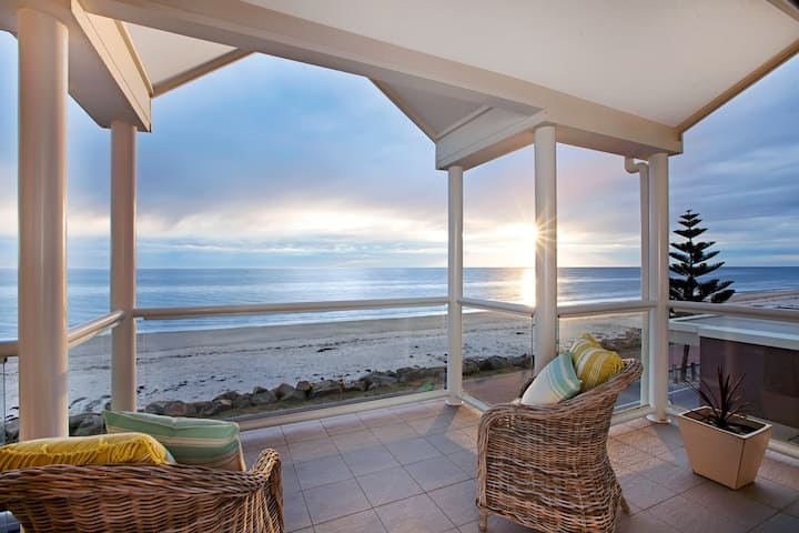 THE ANCHORAGE -beachfront house near Henley Square
