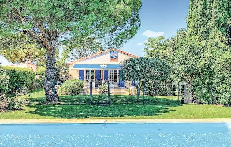 Nice home in Serignan with Outdoor swimming pool, WiFi and 4 Bedrooms