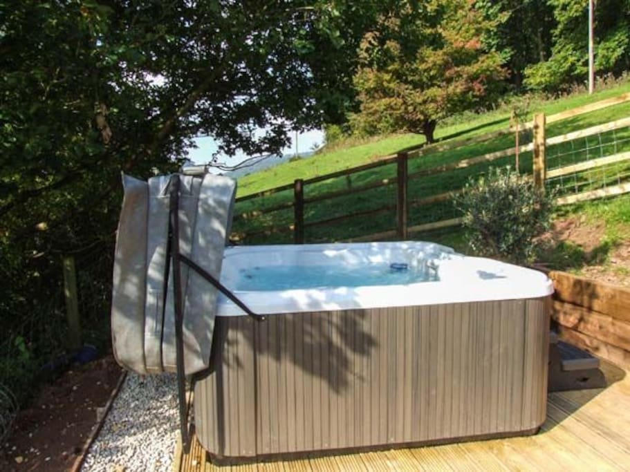 Hot tub in the field, total silence and darkness!