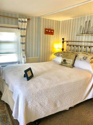 Upper Deck Room - Miss Molly's Inn