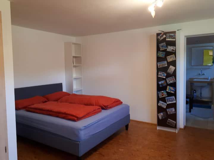 """geräumiges Zimmer """"Gartenblick"""" im Souterrain"""