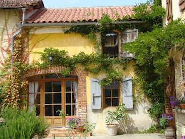 Cosy one bedroom Gite, with Pool. MADIRAN