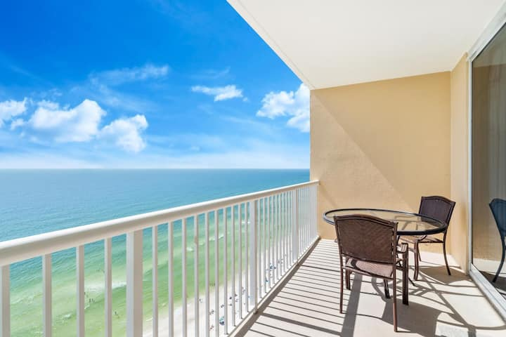 New Listing! Beautifully appointed beachfront studio. Full kitchen and day bed for extra sleep space!
