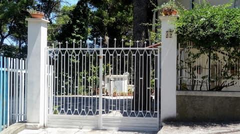 Casa vacanze con giardino e posto auto San Menaio