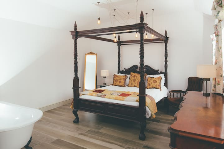 The grand four poster bed in Amba Barn