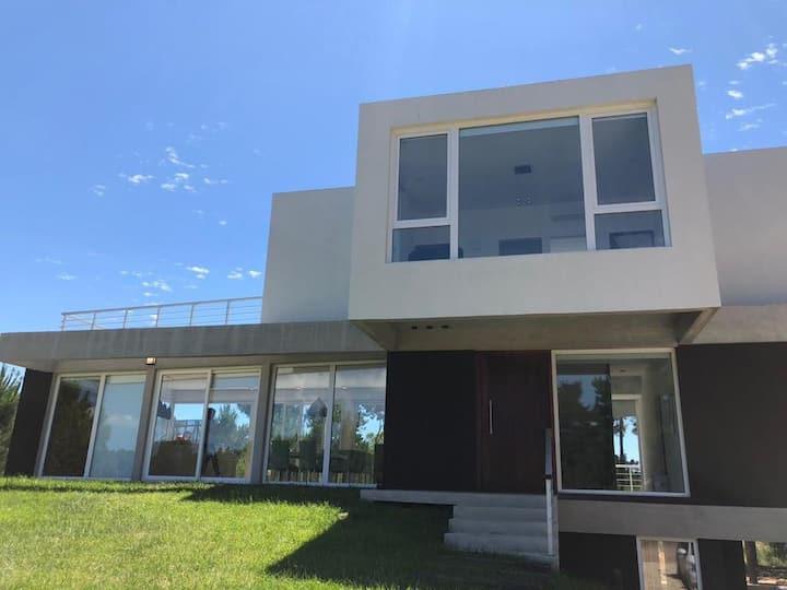 Hermosa y exclusiva casa en el Barrio Villa Roble