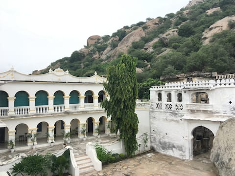Luxurious Heritage Room at Rawla Bisalpur, Jawai