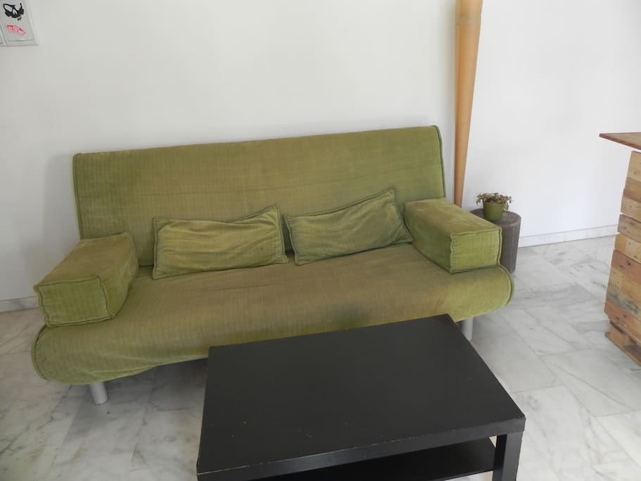 Amplio sofá cama tamaño matrimonio