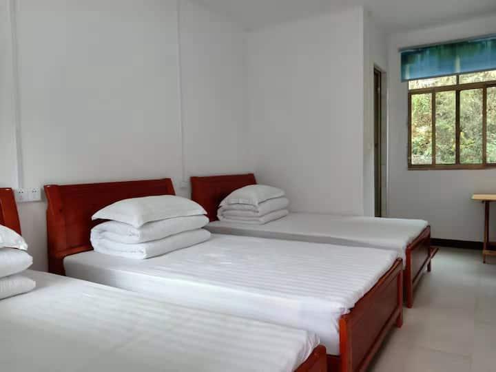 景区内标准三床房1