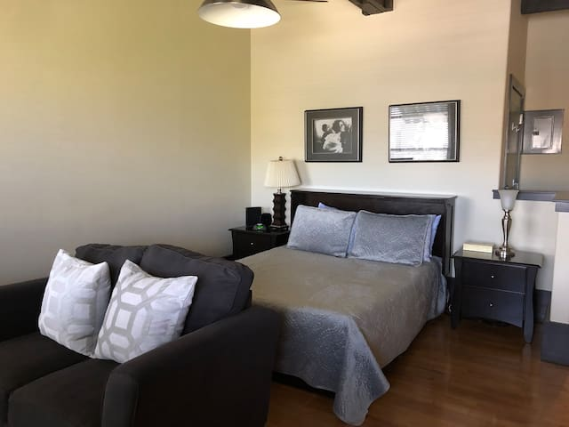 Cozy Historic Ayala Suite Downtown Medford Studio
