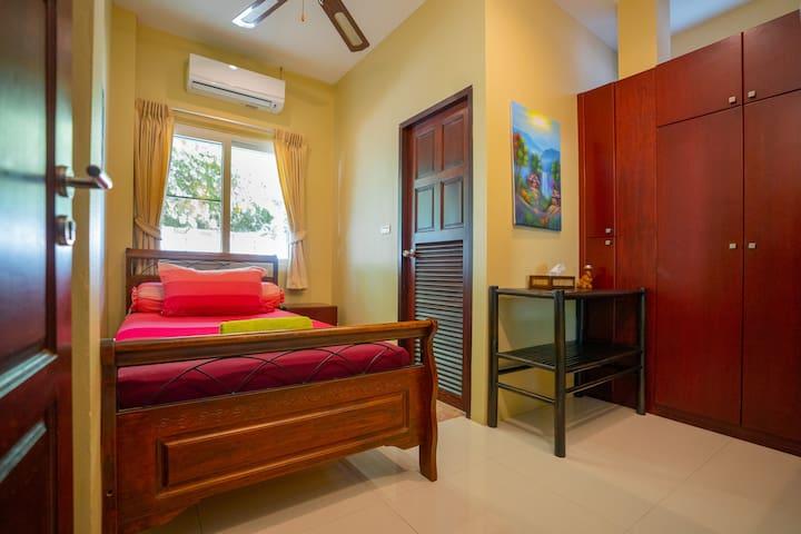 房间3:单人间,2*1.2的床,床垫软硬适中,带淋浴的独立卫生间(配施华寇洗发水及白蜗牛沐浴液),空调,电扇,壁橱等。