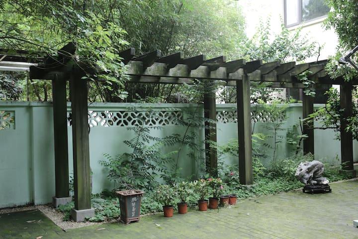 女生民宿三年庆!市区独栋花园别墅,只住女生的民宿,为旅途中的女生提供更舒适的家~近地铁近玄武湖等景区
