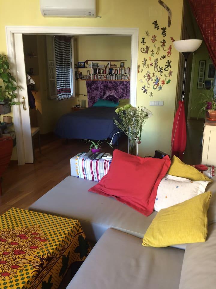 Vista de la habitación que se arrienda desde el salón. Puerta corredera que la convierte en lugar de intimidad.